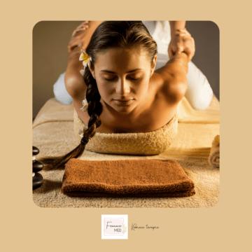 młoda kobieta podczas masażu tajskiego w femmemed kraków